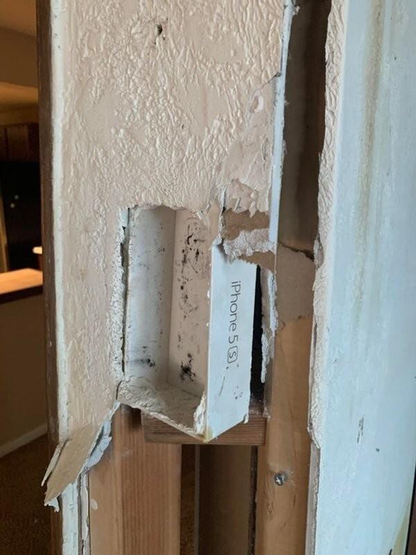 13. «Мы с женой сносили стену и увидели это… Коробка из-под Iphone 5s использовалась в качестве держателя для пульта от вентилятора. А под гипсокартоном и не скажешь!»
