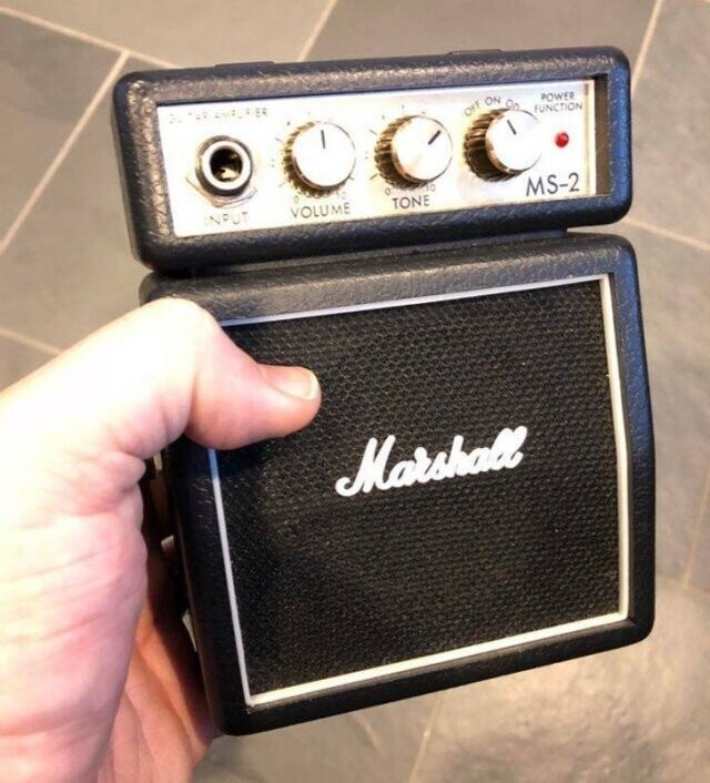 11. Миниатюрный полнофункциональный гитарный усилитель Marshall, куплен на распродаже за 5 долларов
