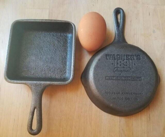 1. Две маленькие чугунные сковородки - в каждую поместится одно яйцо. Куплены на гаражной распродаже по доллару за штуку