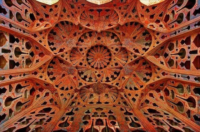 1. Перед вами уникальное строение, в котором все слышат музыкантов четко и без искажений, это музыкальный зал во дворце Сефевидов Али Капу 17 века