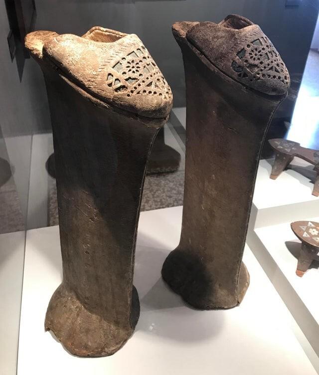 """14. Женские туфли """"Чопин"""", высота которых защищала дам от грязи и луж. Венеция, 15-18 век"""