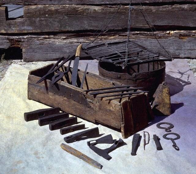 7. Так выглядел набор инструментов, принадлежащий жителю острова Готланд. Деревянному сундуку около 1000 лет