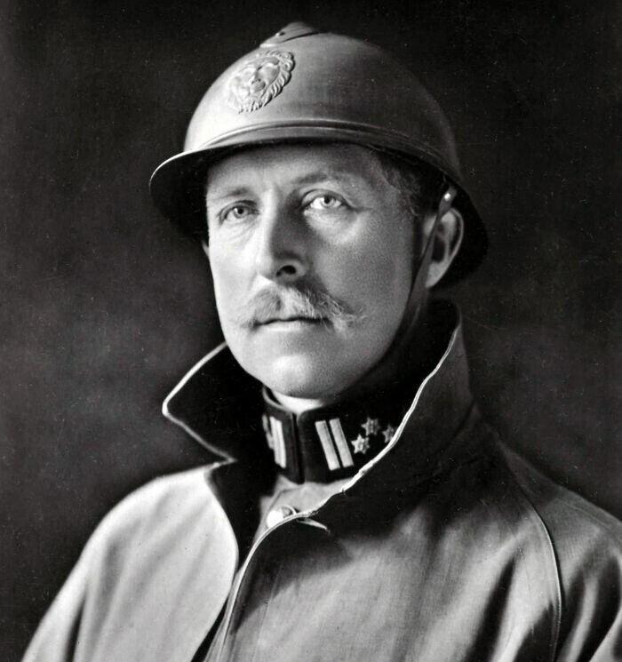 16. Короля Бельгии Альберта I называют Королем-рыцарем, потому что он лично руководил своей армией в боях на протяжении всей Первой мировой войны. А его жена Елизавета Баварская служила медсестрой в полевых госпиталях на передовой