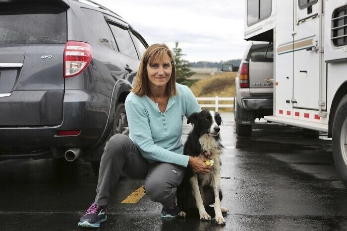 2. Женщина уволилась с работы, чтобы искать свою собаку, которую сбежала во время грозы во время отпуска в Калиспелле, штат Монтана. Она искала ее 57 дней, развешивая листовки по городу, и в итоге нашла - голодную, но живую