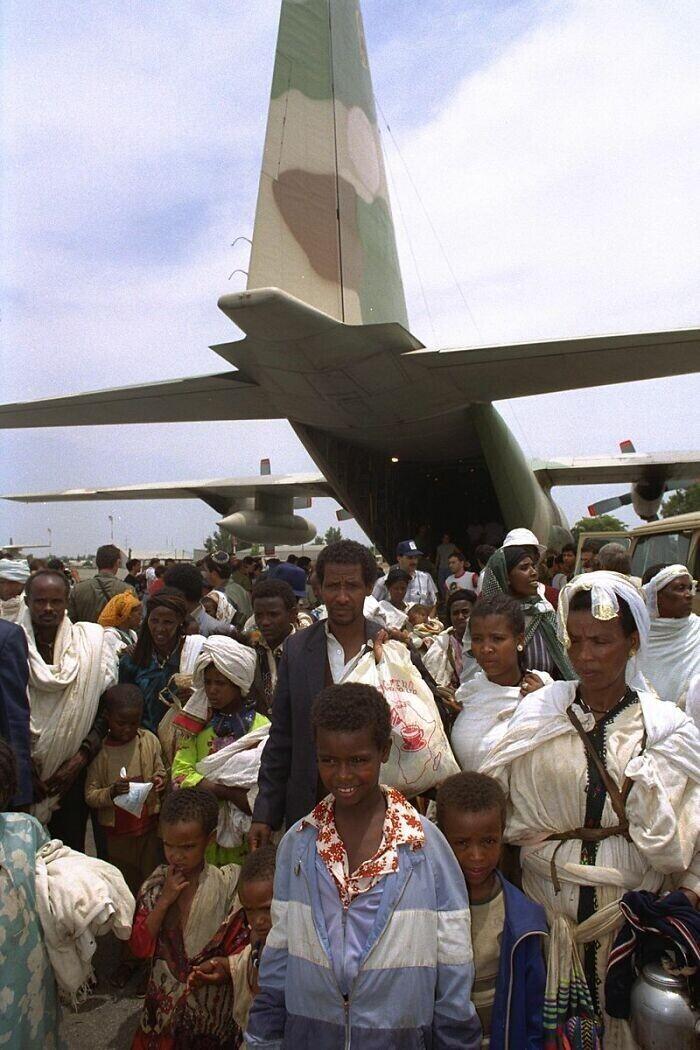 """15. Мировой рекорд по количеству пассажиров в самолетах был установлен во время эвакуации евреев Израилем из Эфиопии в 1991 году, когда на одном """"Боинге 747"""" находилось не менее 1088 человек, включая двух младенцев, родившихся в этом полете"""