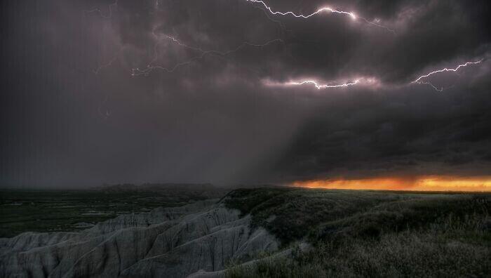 23. В Северной Америке и, в частности, в США самые экстремальные погодные условия в мире, в среднем более 10 000 сильных гроз в год, с более чем 1 000 торнадо