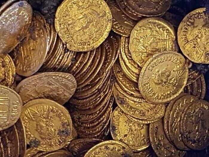 6. В 2012 году британец по имени Уэсли Кэррингтон купил металлоискатель и в течение 20 минут нашел золото римской эпохи стоимостью 100 000 фунтов стерлингов