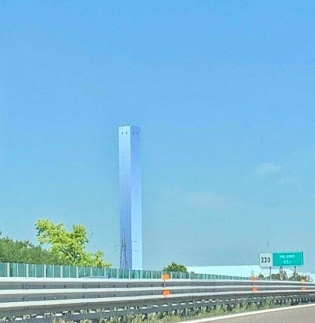 В паре сотен километров от Милана, Италия, стоит вот такой сюрреалистический небоскреб, словно растворяющийся в небе