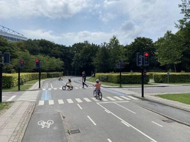 В Копенгагене есть детская площадка в виде настоящей улицы, где дети учатся вести себя на проезжей части и соблюдать правила дорожного движения