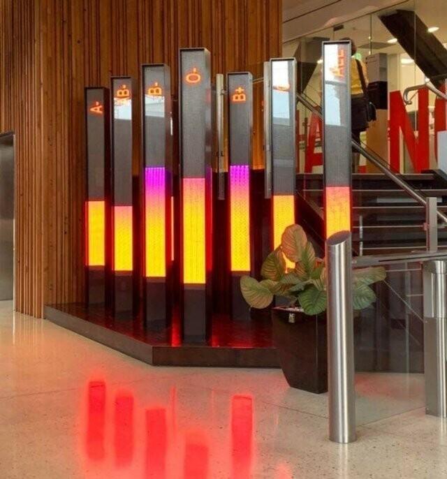 В холле банка крови в Мельбурне, Австралия, стоят специальные электронные табло, показывающие потенциальным донорам, достаточно ли крови в банке