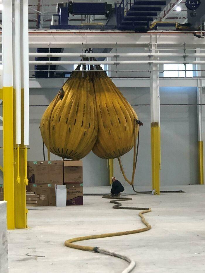 """5. """"Для проверки грузоподъемности крана мы используем гигантские мешки с водой... Мы зовем их """"Судные яйца"""""""