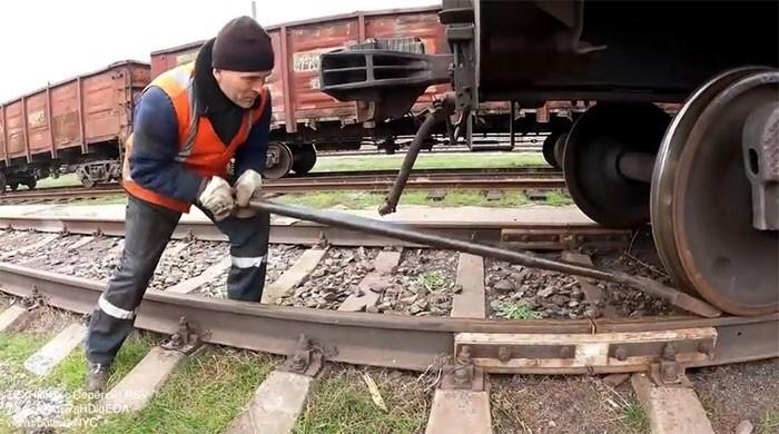 15. Инструмент, который позволяет человеку в одиночку подвинуть целый поезд