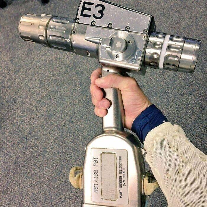 19. Отвертка/дрель, которую используют астронавты для ремонта телескопа Хаббл и МКС