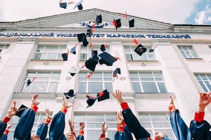 """""""Университеты. Я поступил на работу после университета, на ту же должность и с такой же зарплатой, что и мои коллеги, кончившие лишь колледж"""""""
