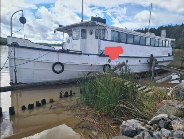 """""""Моя лодка стоит на приколе после того, как ей проткнул борт собственный обломившийся якорь"""""""