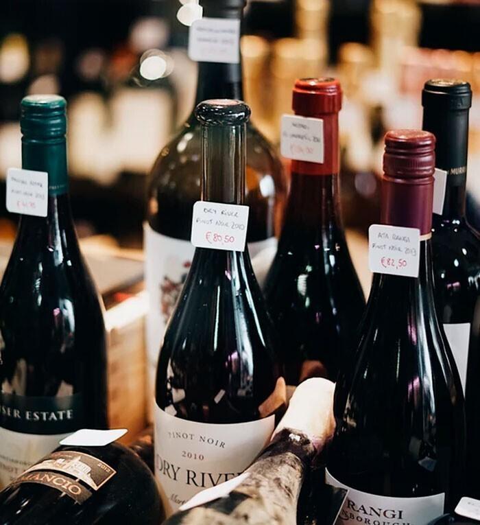 """""""Если во время приготовления в блюдо нужно добавить вино, не думайте, что сгодится самое дешевое, якобы оно все равно выпарится. С настоящим качественным вином будет совершенно другой, более глубокий вкус"""""""