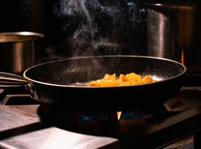 """""""Разогревайте сковороду, затем добавляйте масло, а после того, как оно нагреется, добавляйте ингредиенты. Не наливайте масло в еще холодную сковородку - масло нагреется быстрее, и начнет гореть"""""""