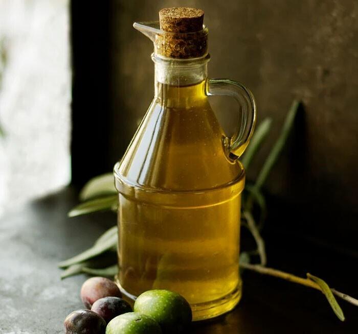 """""""Не используйте на сковороде нерафинированное оливковое масло (extra virgin). Это не какая-то """"лучшая"""" версия оливкового масла, и оно больше подходит в качестве заправки"""""""