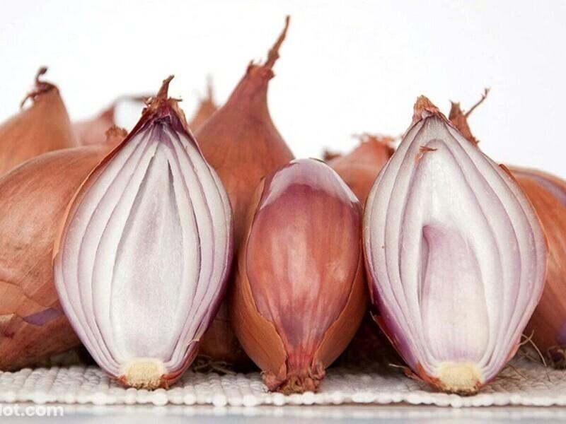 """""""Лук-шалот очень часто используется на кухнях в ресторанах, но на домашней кухне его используют редко. Используйте его в качестве заменителя обычного лука для более мягкого вкуса"""""""