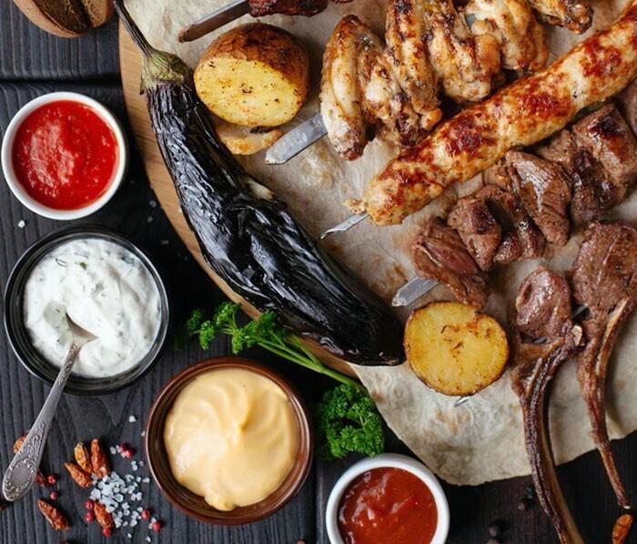 """""""Не добавляйте соус барбекю к мясу, пока оно не приготовится. Если вы добавите его в начале или во время приготовления, из-за сахара в соусе мясо подгорит"""""""