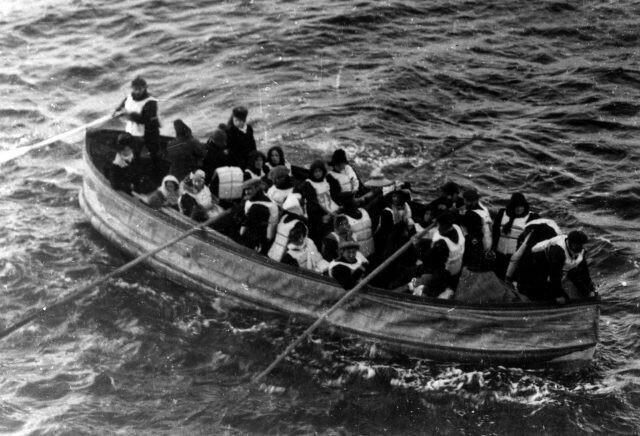 """Выжившие пассажиры """"Титаника"""" подплывают к кораблю """"Карпатия"""""""