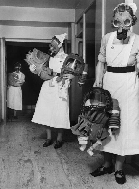 Медсестры Лондонского детского госпиталя готовятся к газовой атаке, 1940 год