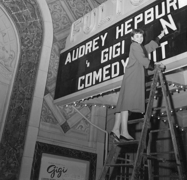 """Большой дебют Одри Хэпберн: актриса готовится впервые выйти на сцену в главной роли в мюзикле """"Джиджи"""" на Бродвее, 1951 год"""