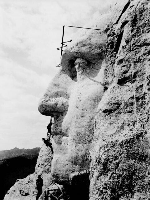 Прочистка носа Джорджа Вашингтона: окончание строительства монумента на горе Рашмор, длившегося 14 лет и завершенного в октябре 1941 года