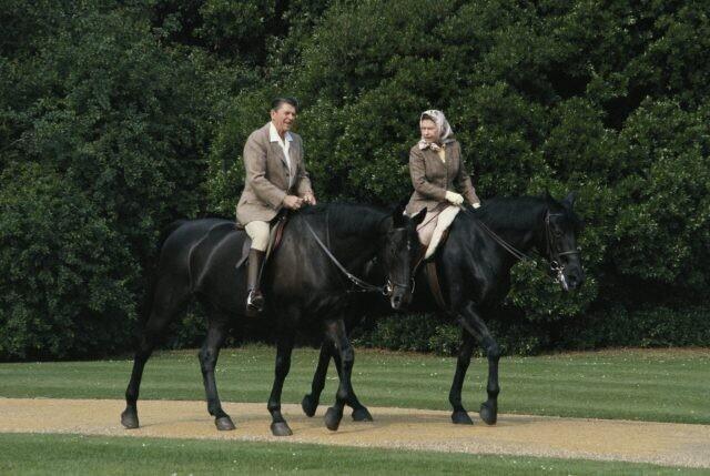 Елизавета II и Рональд Рейган катаются на лошадях в саду Виндзорского замка, июнь 1982 года