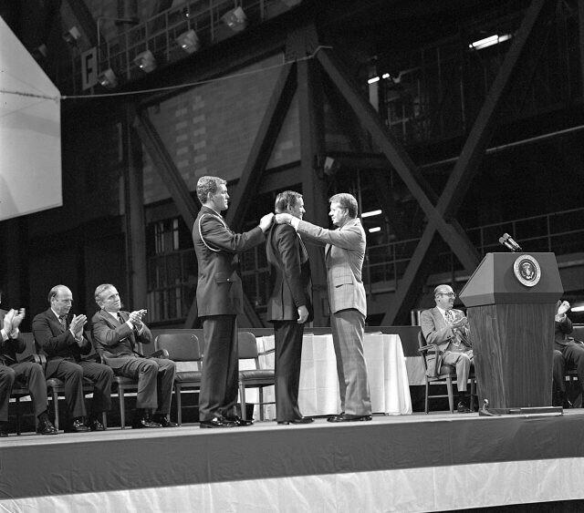 Нил Армстронг, ставший первым человеком на Луне, получает Почетную медаль Конгресса, 1978 год
