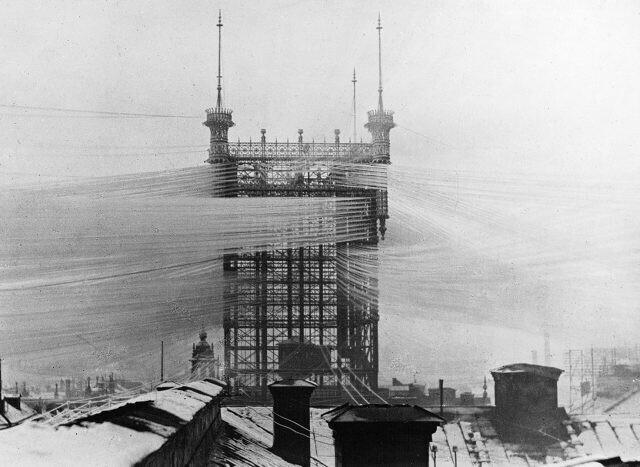 Стокгольмская телефонная башня, окутанная более чем 5000 проводов, 1890-е