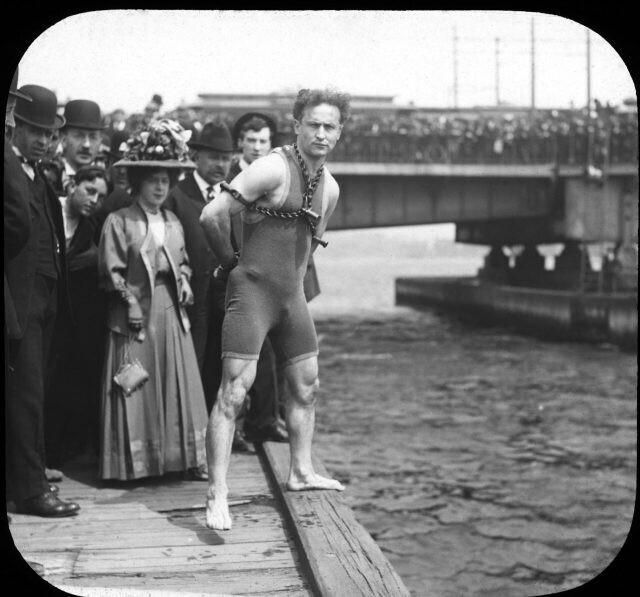 30 апреля 1908 года. Гарри Гудини готовится прыгнуть с 10-метрового Гарвардского моста в реку Чарльз с руками, скованными з спиной, перед 20-тысячной толпой зрителей. Через 40 секунд он вынырнет уже без наручников