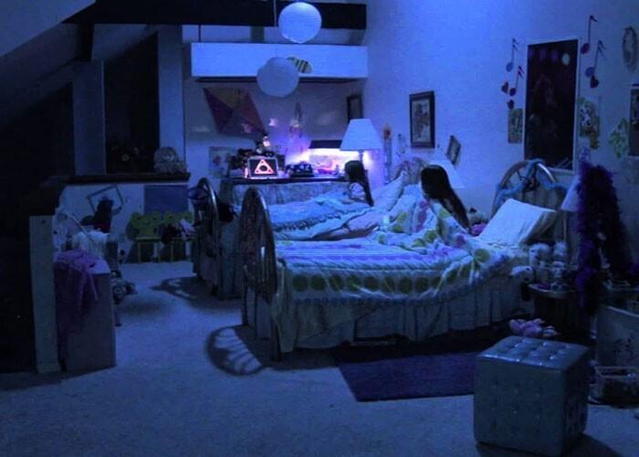 """""""Если в доме раздаются странные звуки, герой идет проверить, что случилось, даже не включив свет. Моя жена в таких случаях отправляет меня, запирает за мной дверь спальни и держит наготове телефон, чтобы позвонить 911"""""""