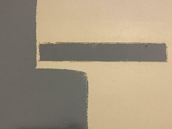 """""""Чистил стену перед покраской - и обнаружил, что раньше эта комната была точь-в-точь выбранного мной цвета! Моя краска - в центре, оригинальная краска - слева"""""""