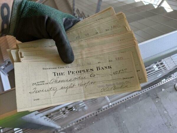 """""""Ремонтируя офис, нашли в стене пачку не обналиченных чеков 1910 года"""""""