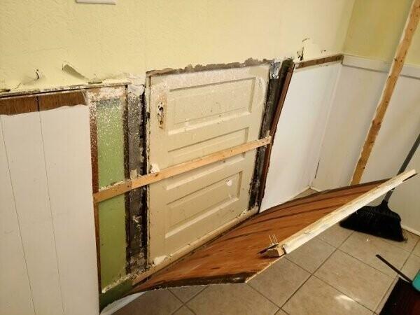 """""""Перестраиваем кухню. Сняв доски со стен, обнаружили, что в кухне есть задняя дверь, которую когда-то давно заделал старый владелец"""""""