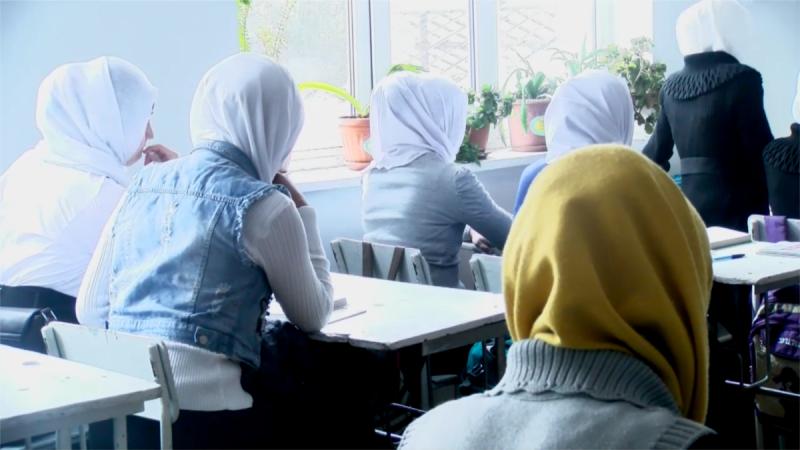 В дагестанской школе начали гонять учениц без платочков