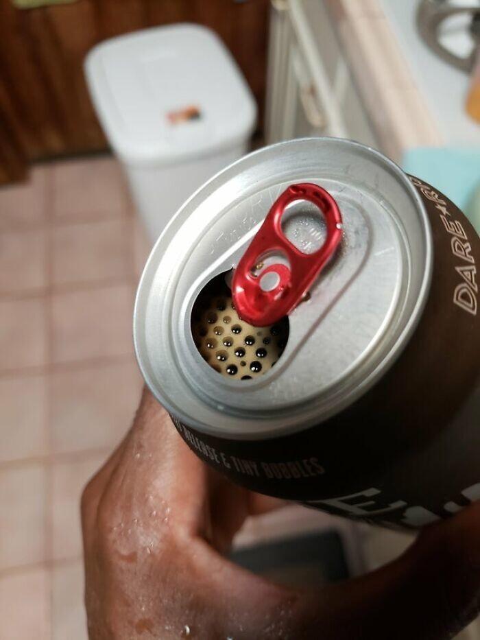 14. Трипофобам никогда нельзя расслабляться, даже когда сел выпить пива после тяжелого рабочего дня