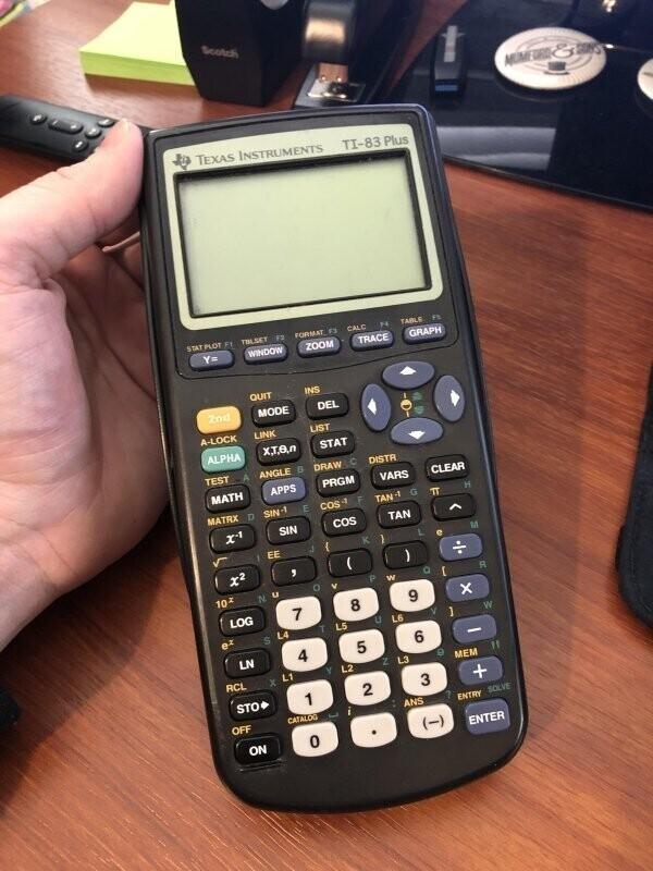 """8. """"TI-83 plus. Я использовал этот калькулятор, когда учился в старшей школе, а теперь использую его как преподаватель в старших классах! Ему 19 лет"""""""