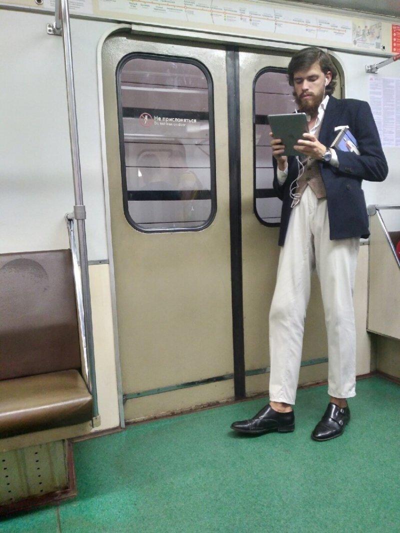 16. Метро Москвы - это настоящая машина времени. Иначе как вы объясните одежду этих людей. XIX век же...