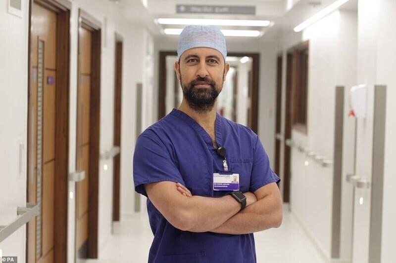 Доктор Нур уль Овасе Джилани, детский нейрохирург, который провел операцию
