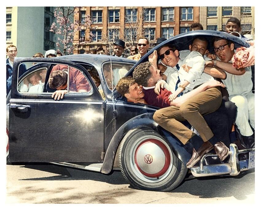 21. Студенты пытаются залеть в Volkswagen Beetle, 1965 год