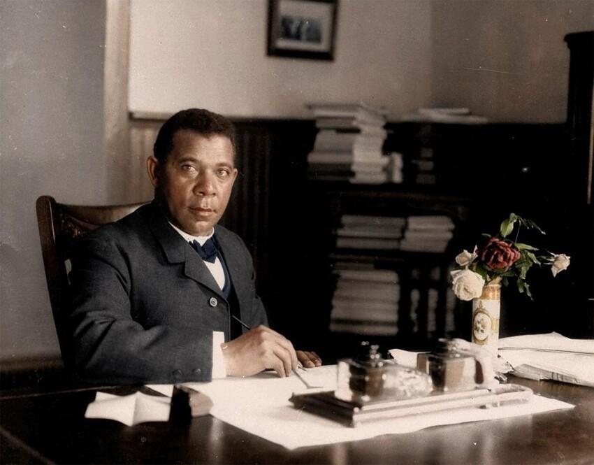 4. Букер Т. Вашингтон в своем офисе в университете Таскиги, 1906 год.