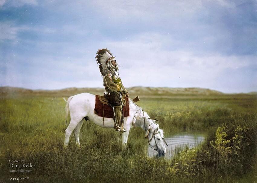 20. Красный Ястреб из племени оглала-сиу верхом на лошади, 1905 год
