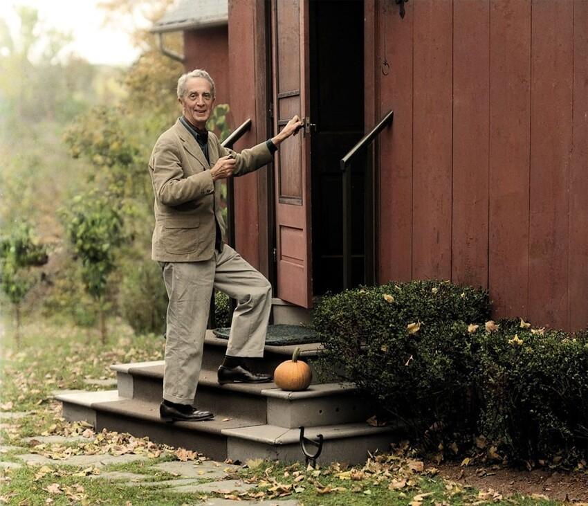 15. Норман Роквелл заходит в свою студию в Стокбридже в Массачусетсе, 1966 год