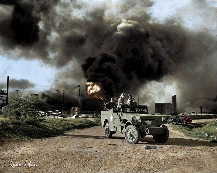 3. Военные блокируют дорогу возле взрыва на нефтяном заводе недалеко от Тексас-Сити, 17 апреля 1947 года