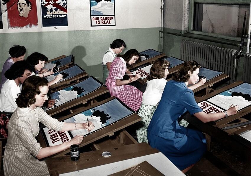 12. Женщины рисуют агитационные плакаты Второй мировой войны в Порт-Вашингтоне, Нью-Йорк, 8 июля 1942 года