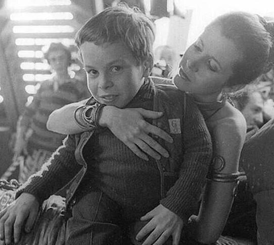 """2. Кэрри Фишер и 11-летний Уорвик Дэвис и на съемках """"Возвращения джедая"""""""