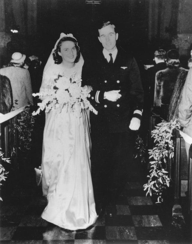 4. Молодожены Джордж и Барбара Буши, 6 января 1945 года