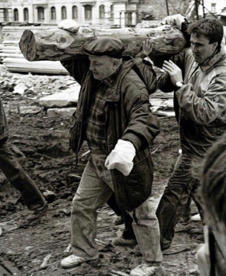 6. Юрий Лужков тащит бревно на субботнике. 1993 год
